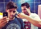Mesmo fora do confinamento, Roni corta novamente o cabelo de Junior - Reprodução/ Instagram