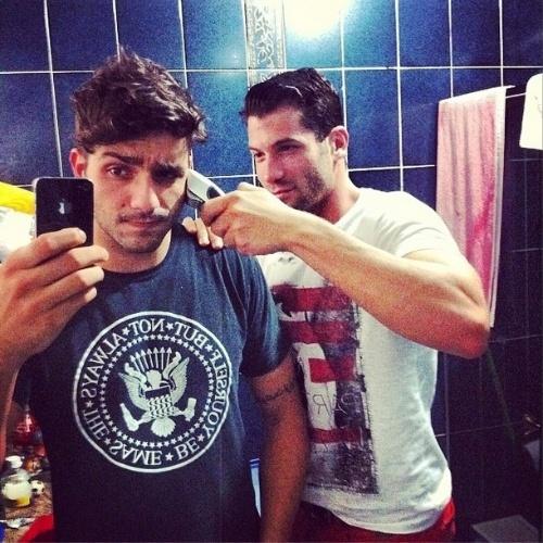 """17.mar.2014 - Mesmo fora do confinamento, Roni corta novamente o cabelo de Junior. """"Não basta ser amigo, tem que fazer merda no seu cabelo... Vou te matar @mazonroni!!!! Kkkkkkk #vaidamerda #deuruim #ronisofazmerda #tamojunto #firma #meuparceiro"""", escreveu Junior"""