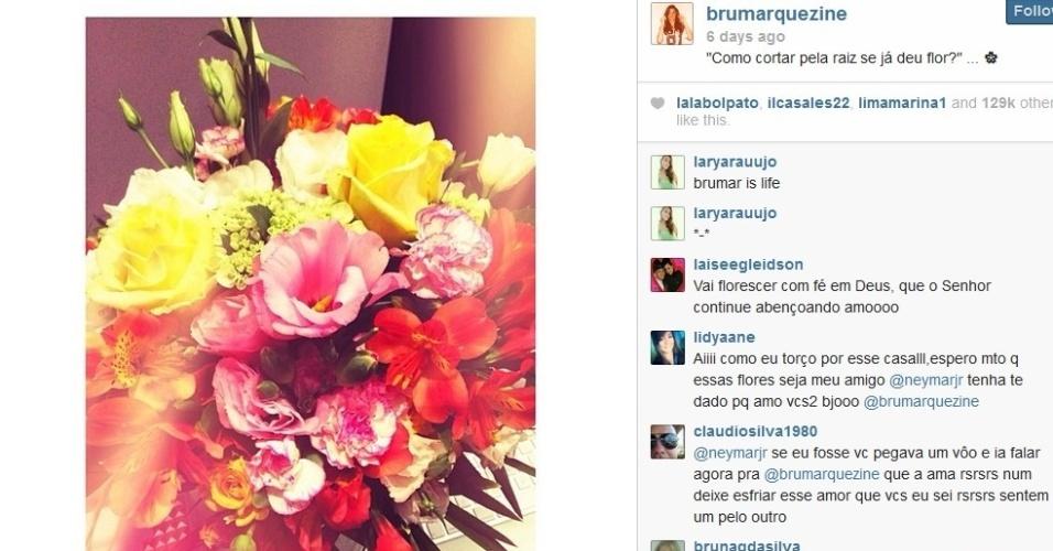 17.mar.2014- Bruna Marquezine ganha flores e faz mistério em um rede social