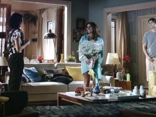 """""""Em Família"""", Cadu flagra Clara exibindo sua nova lingerie para Marina"""