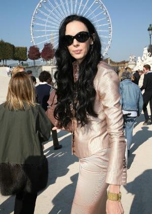 """L""""Wren Scott posa antes do desfile de Nina Ricci durante a semana de moda de Paris, em 2007 - Getty Images"""