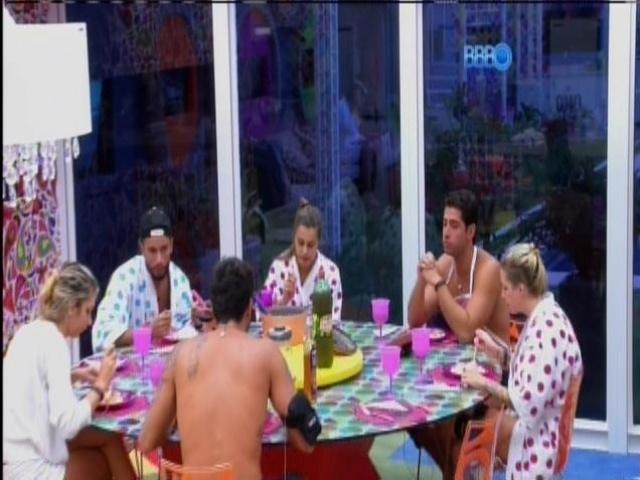 18.mar.2014 - Brothers almoçam na cozinha, enquanto Cássio se isola na área externa da casa-grande.
