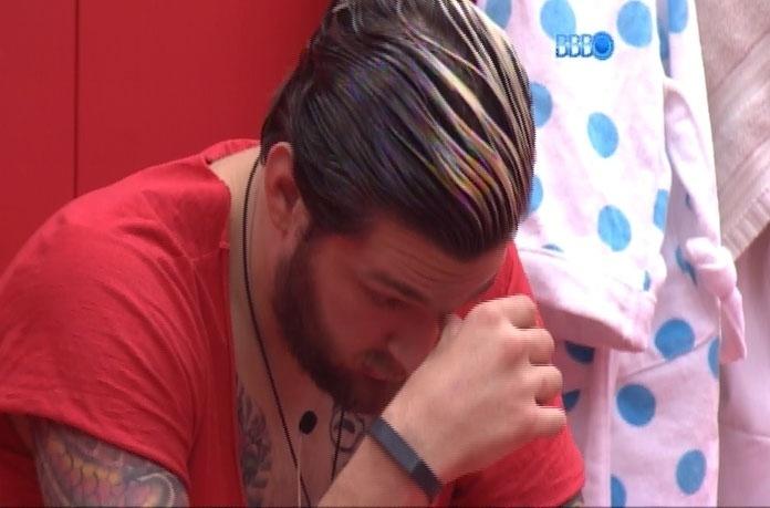 18.mar.2014 - Cabisbaixo, Cássio volta a falar em desistir do programa