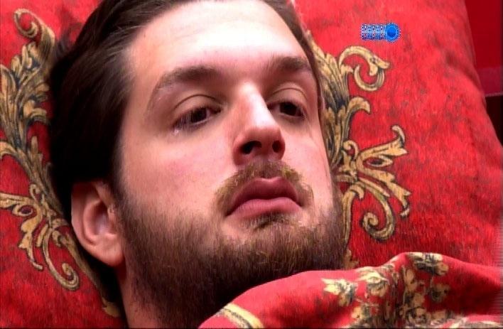 18.mar.2014 - Cássio chora ao conversar com Valter e afirma que vai deixar o programa na quarta-feira, após a festa