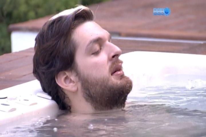 18.mar.2014 - Cássio e Valter relaxam na jacuzzi e cantam sucessos da banda Legião Urbana, como