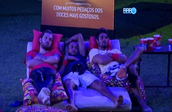 18.mar.2014 - Cássio, Valter e Diego se espremem em futon estendido no jardim.