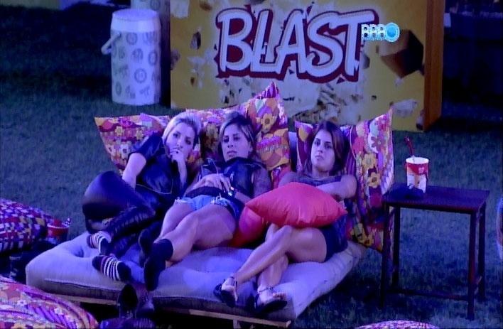 18.mar.2014 - Clara, Vanessa e Angela se apertam no futon para assistir ao filme