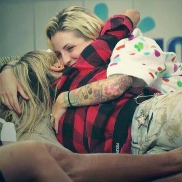 18.mar.2014 - Marido de Clara posta foto da stripper abraçando Vanessa em apoio à modelo, que enfrenta o paredão contra Marcelo e Diego