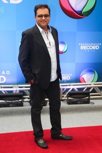 """18.mar.2014 - O apresentador Geraldo Luiz, do """"Domingo da Gente"""", chega para evento de apresentação da programação 2014 da Record, em São Paulo"""
