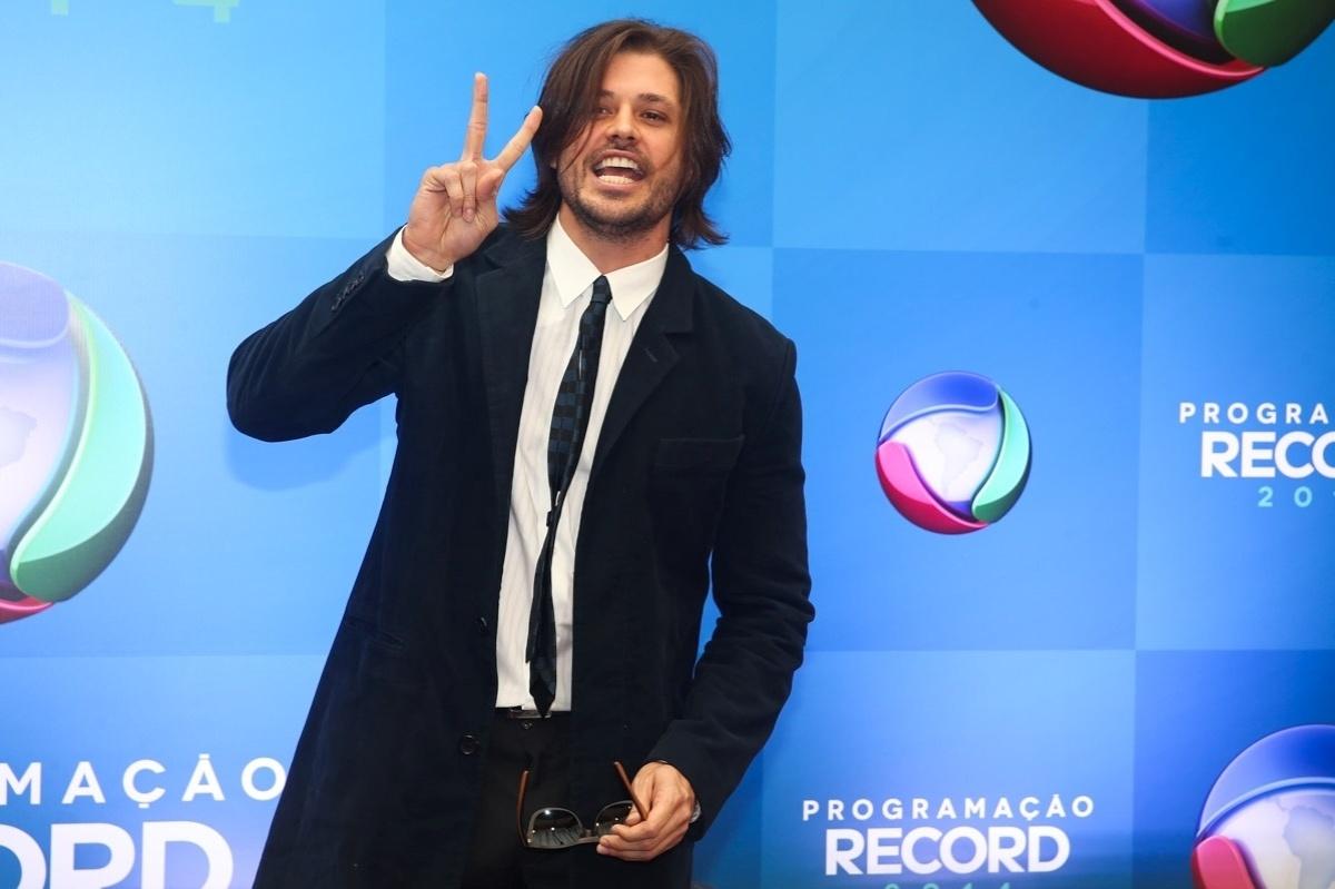 18.mar.2014 - O ator Dado Dolabella faz pose para os fotógrafos na apresentação da programação 2014 da Record, em São Paulo