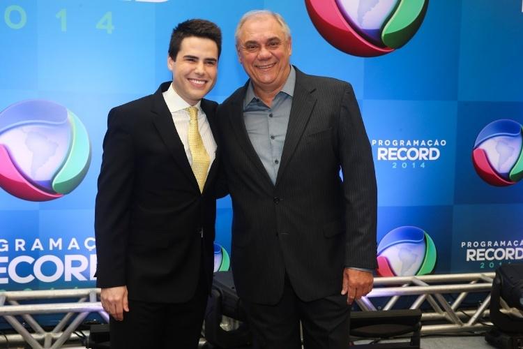18.mar.2014 - Os apresentadores Luiz Bacci e Marcelo Rezendeposam juntos na apresentação da programação 2014 da Record, em São Paulo
