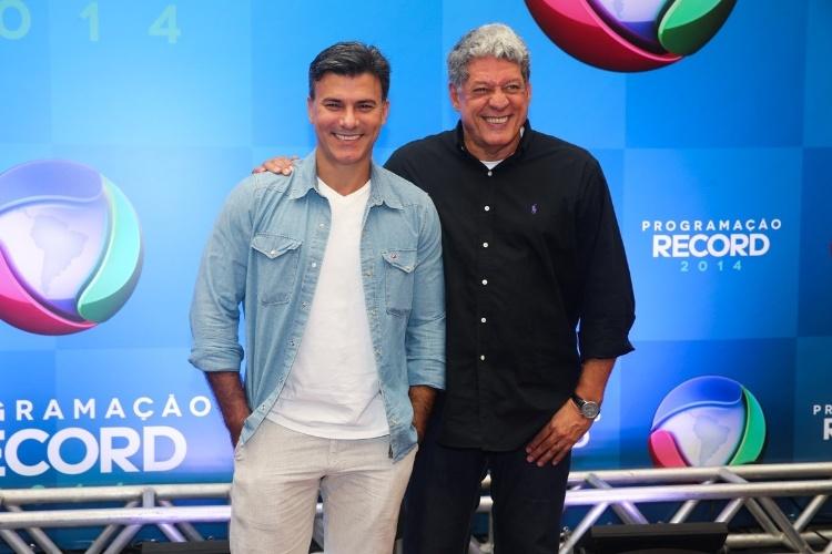 18.mar.2014 - Os atores Leonardo Vieira e Antonio Grassi posam juntos para fotos na apresentação da programação 2014 da Record, em São Paulo