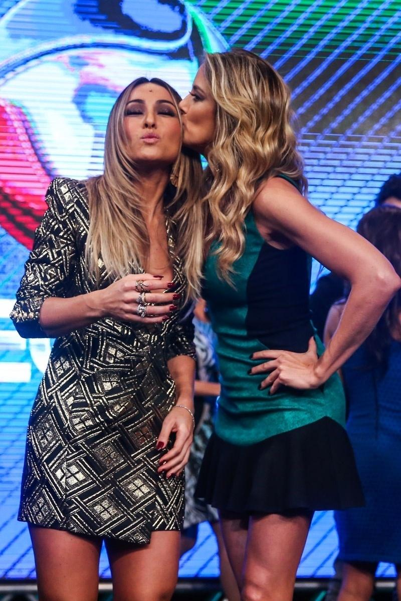 18.mar.2014 - Sabrina Sato ganha beijo de Ticiane Pinheiro durante evento de apresentação da programação 2014 da Record, em São Paulo