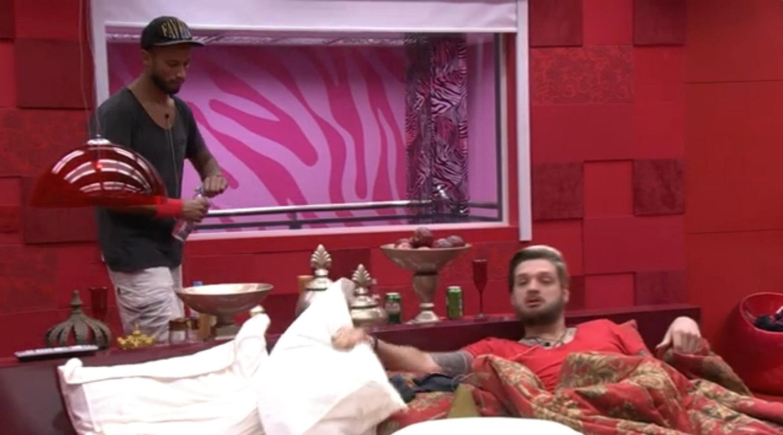 18.mar.2014 - Valter detona Angela para Cássio, no quarto do líder.