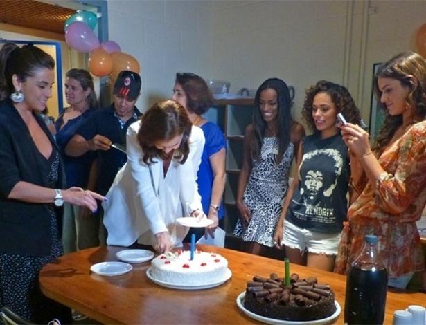 18.mar.2014- Com o celular na mão, Bruna Marquezine registra as aniversariantes Giovanna Antonelli e Julia Lemmertz
