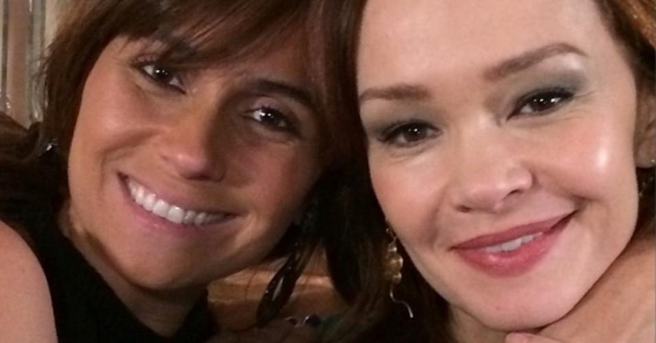 18.mar.2014- Giovanna Antonelli, aniversariante do dia, parabeniza a amiga Júlia Lemmetz, que completa 51 anos nesta terça-feira