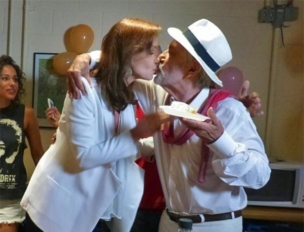 """18.mar.2014- Julia Lemmertz dá primeiro pedaço de bolo para Paulo José e ganha selinho.  A Helena de """"Em Família"""" completa 51 anos"""