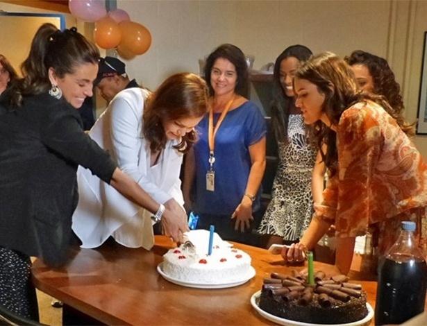"""18.mar.2014- Julia Lemmertz e Giovanna Antonelli ganham bolo do elenco de """"Em Família"""""""