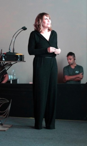 18.mar.2014- Renata Sorrah apresenta prêmio de teatro em São Paulo