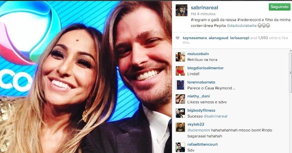 18.mar.2014- Sabrina Sato tira foto com Dado Dolabella:
