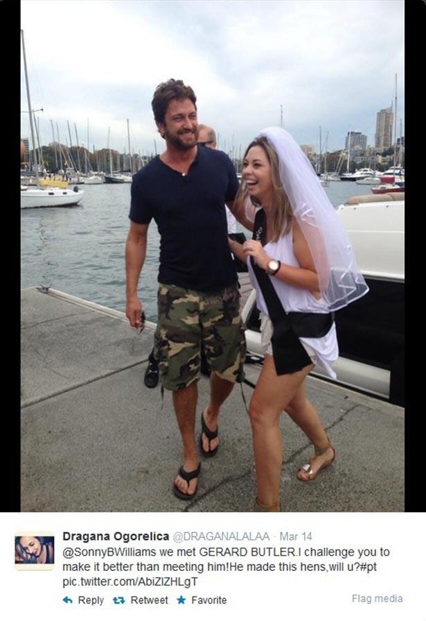 14.mar.2014 - Gerard Butler invade despedida de solteira em Sidney e posa para foto com a noiva