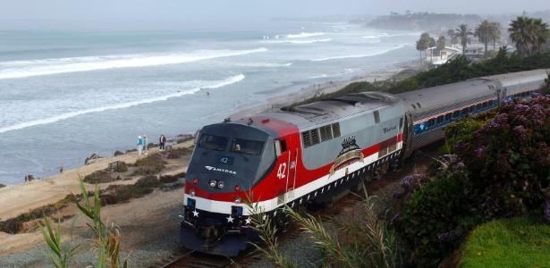 17.mar.2014 - Trem de passageiros da companhia Amtrak passa por paisagem costeira na Califórnia - Mike Blake/Reuters
