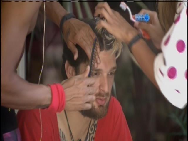 19.mar.2014 - Angela e Valter ajudam Cássio a dar um retoque no cabelo