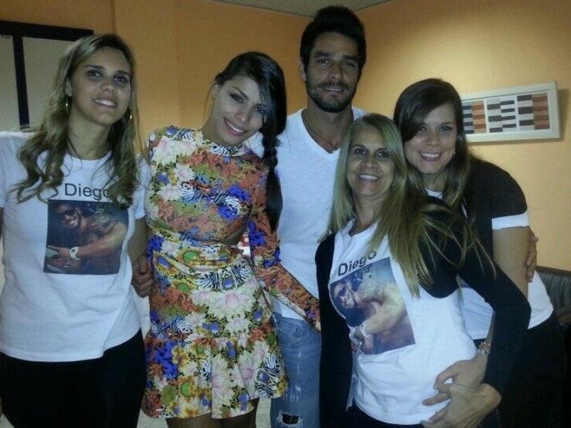19.mar.2014 - Assim que deixou a casa, Diego postou foto com Franciele, sua namorada no programa, e a família.