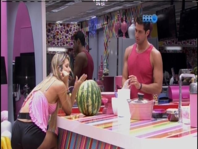 19.mar.2014 - de roupa trocada, Marcelo toma café com Tatiele