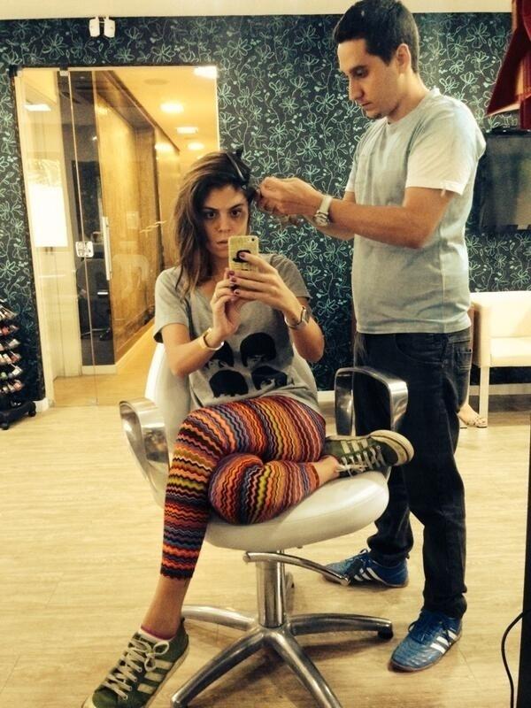 19.mar.2014 - Depois de dizer que rasparia parte do cabelo se Diego fosse eliminado, Bella cumpriu o prometido e fez uma foto selfie momentos antes da transformação.