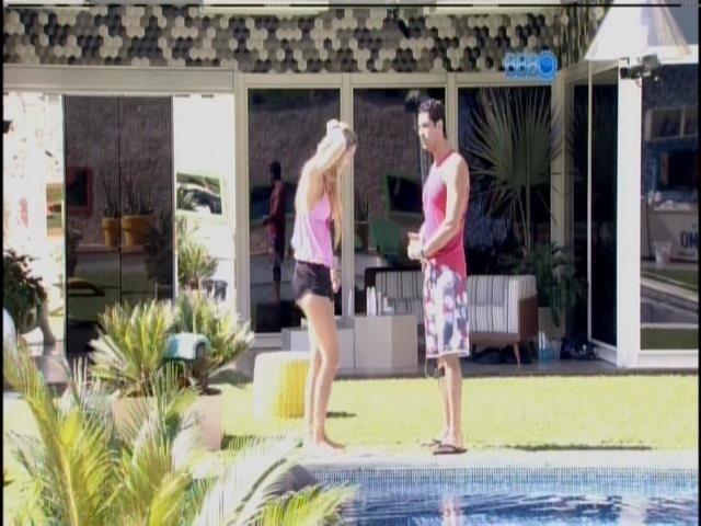 19.mar.2014 - No jardim, Marcelo e Tatiele agradecem público pelo brother ter voltado do paredão