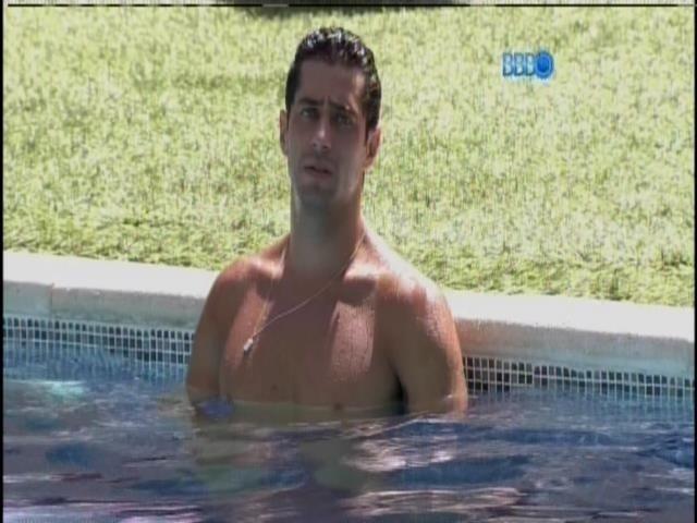 19.mar.2014 - Único acordado, Marcelo curte a piscina