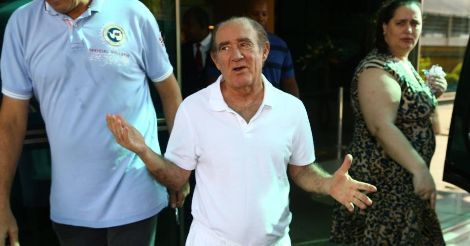 19.mar.2014- Humorista conversa com fotógrafos e imprensa ao deixar hospital na Barra da Tijuca, no Rio de Janeiro