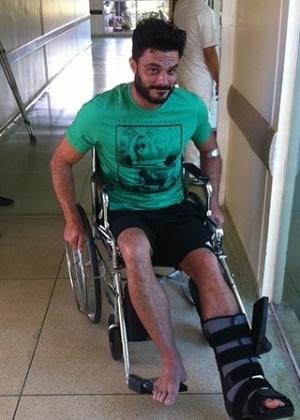 Ator ainda internado por conta do pé quebrado