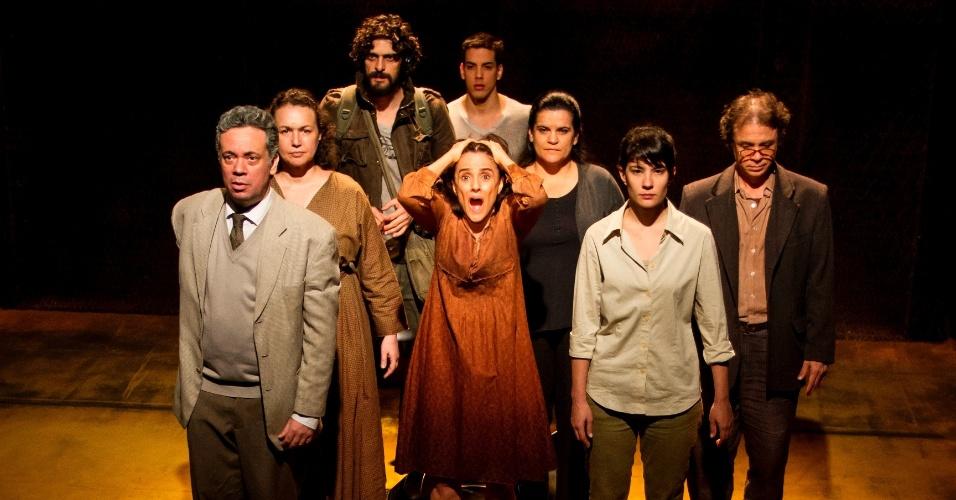 """Marieta Severo em cena da peça """"Incêndios"""""""