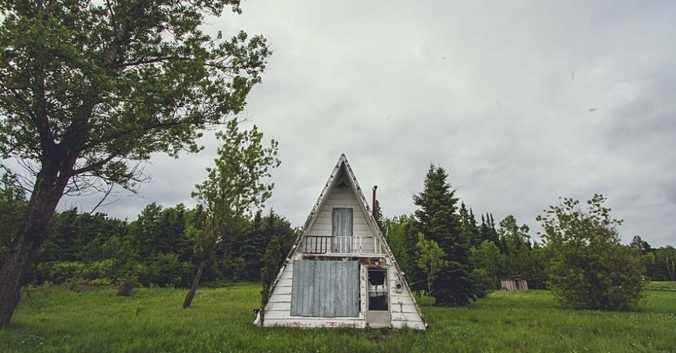 O fotógrafo canadense Andrew Knapp escondeu seu cachorro, Momo, em belas paisagens ou ruas comuns dos Estados Unidos e Canadá. Na foto, Momo no norte de Ontario