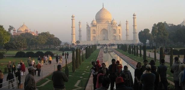 Turistas visitam o Taj Mahal, na Índia
