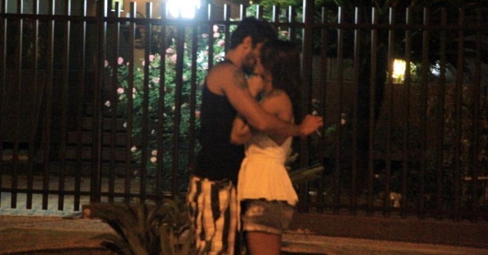 19.mar.2014 - Franciele e Diego trocam beijos ao deixar restaurante no Rio de Janeiro