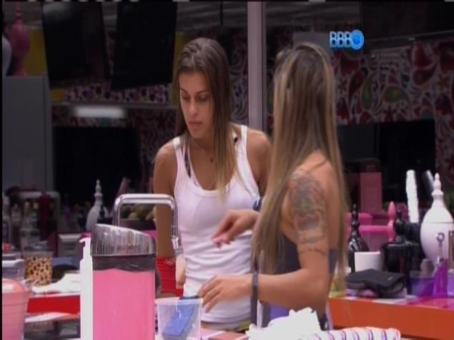 """20.mar.2014 - """"Agora ele falou comigo direito"""", contou Angela sobre Marcelo para Vanessa"""