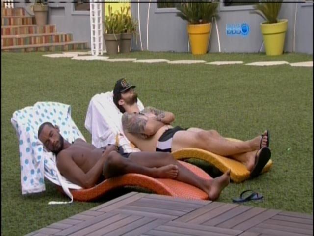 20.mar.2014 - Após banho de piscina, Cássio e Valter deitam nas espreguiçadeiras