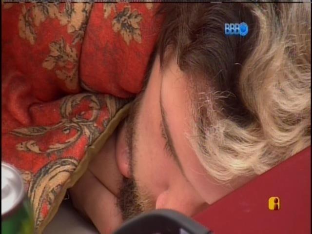 20.mar.2014 - Após gravarem o raio-x, Cássio e Valter voltam a dormir no quarto do líder