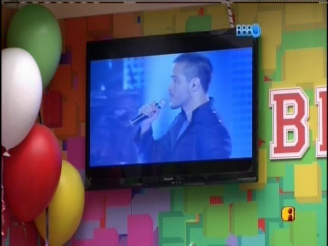 """20.mar.2014 - Brothers são despertados nesta quinta ao som das apresentações de Nando Motta e Luana Camarah, no """"The Voice Brasil 2"""""""