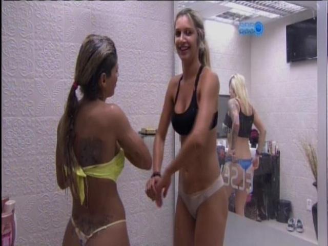 20.mar.2014 - Depois de prova da sujeira, Vanessa e Tatiele tomam banho juntas.