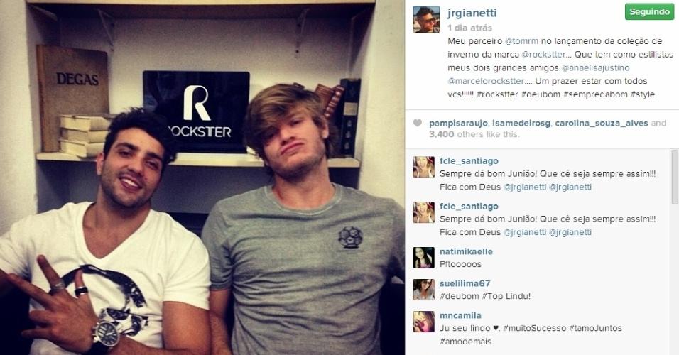 20.mar.2014 - Junior posta foto ao lado do ex-namorado da atriz Isis Valverde, Tom Rezende, no lançamento da coleção de inverno de uma marca de roupas
