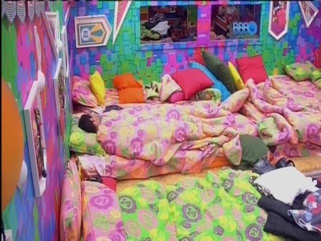 20.mar.2014 - Marcelo dorme sozinho no Quarto Festa, enquanto brothers almoçam na cozinha da casa-grande.