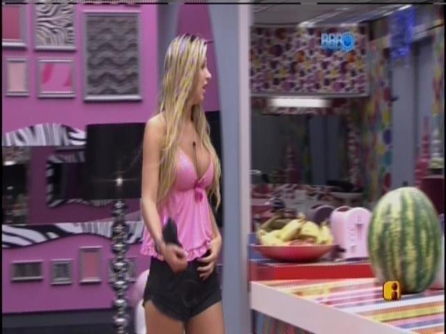 20.mar.2014 - Marcelo pergunta para Tatiele como estava a festa e ela responde: