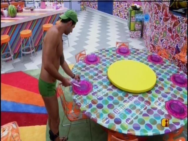 """20.mar.2014 - Marcelo prepara a mesa para o almoço e canta """"Coração em pedaços"""", de Zezé di Camargo e Luciano"""