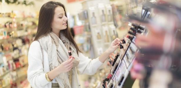 Saiba se está na hora de olhar para outras prateleiras na hora de comprar seus cosméticos - Thinkstock