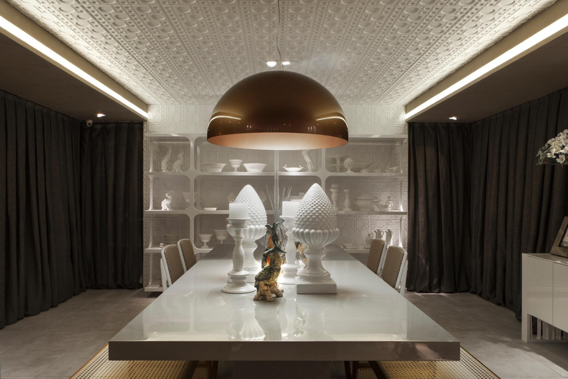 Na Sala de Jantar com Lavabo, projetada pelo arquiteto André Dantas em estilo balizado por elementos