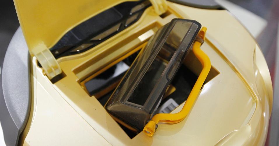 ... o conteúdo recolhido pelo robozinho é armazenado em um compartimento interno removível (foto). A alimentação do equipamento é feita por bateria recarregável e o Deebot volta para a base quando o trabalho programado termina ou quando a carga de energia acaba